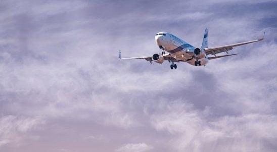 avion en retard qui atterrit